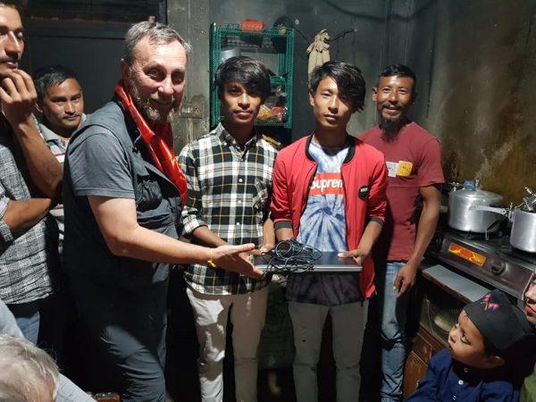 Remise de l'ordinateur portable à Saroj et Suraj par Alain Ducos, Pdt de l'association